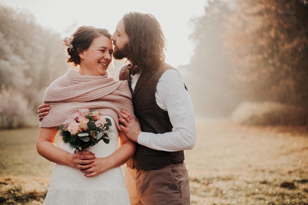 Ich liebe die altrosane gestrickte Stola, die diese Winterbraut für ihre Vintage-Hochzeit in Wiesbaden getragen hat.