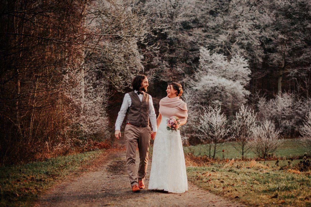 Hochzeitsfotograf für eine Winterhochzeit im Vintage-Stil mit Hochzeits-Paarfotos zwischen Wiesbaden und Mainz im schneebedeckten Wald.