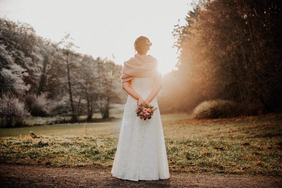 Winterbraut beim Hochzeits-Paarshooting mit einem Fotograf aus Limburg.