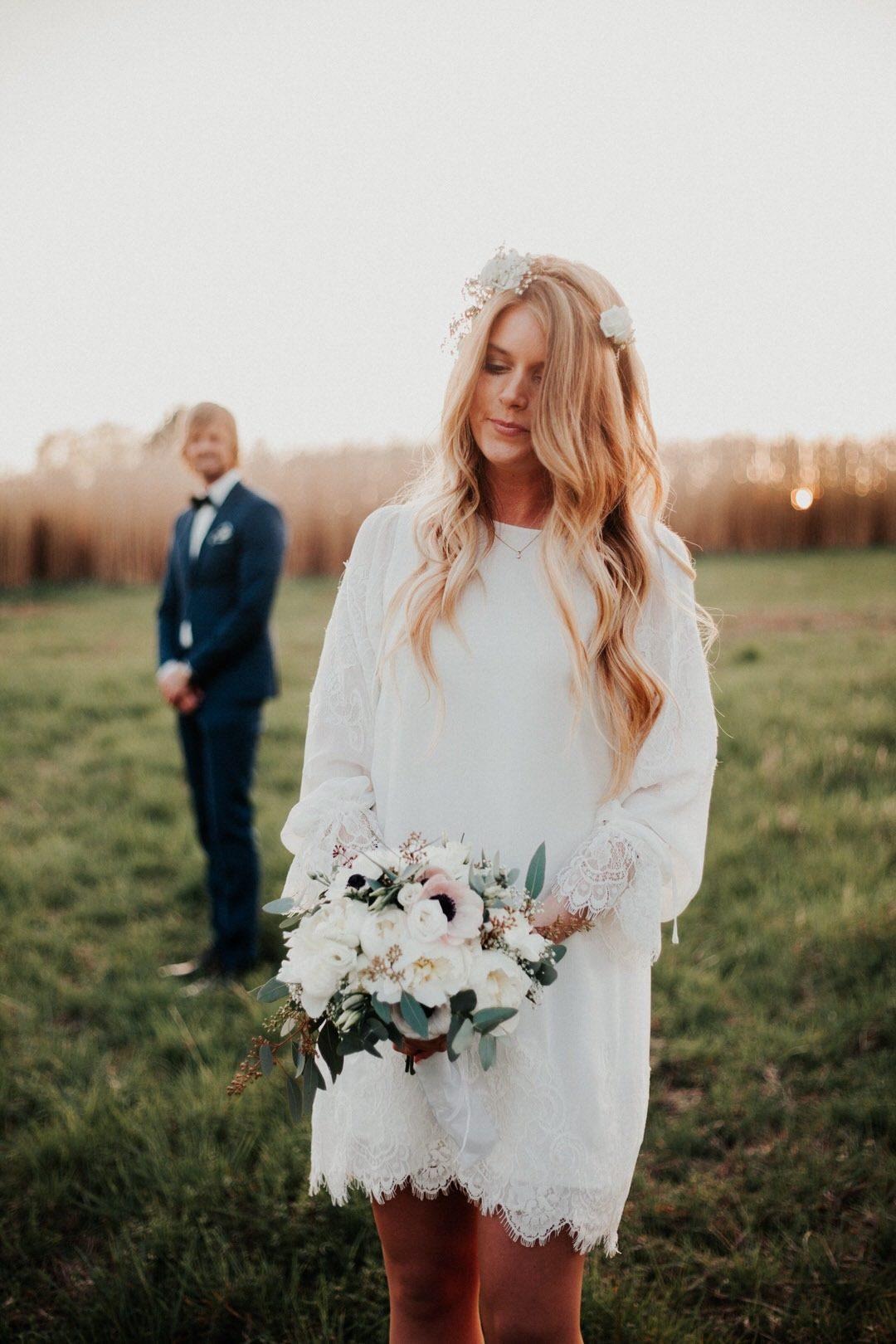 Elegantes und stilvolles Boho-Brautkleid mit romantischen, langen Spitzenärmeln.