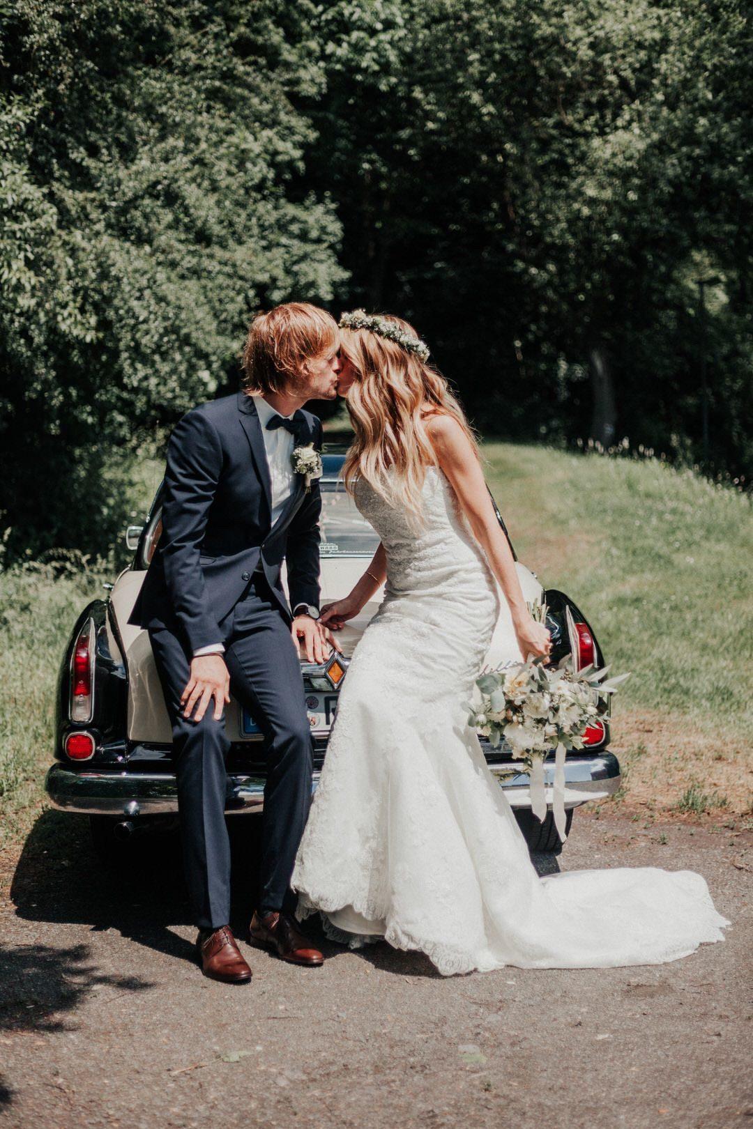 Borgward Oldtimer für romantisches Hochzeitsshooting