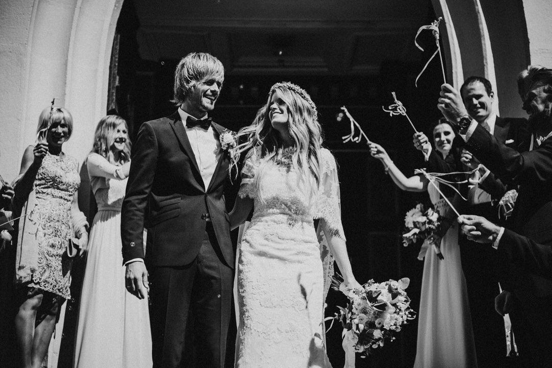 Ausmarsch aus der Kirche bei Boho-Hochzeit in der Altstadt