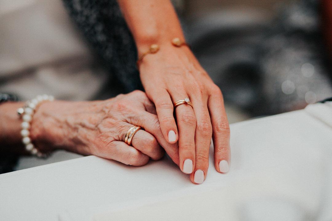 Boho-Braut mit Oma, besondere Hochzeitsmomente authentisch fotografiert