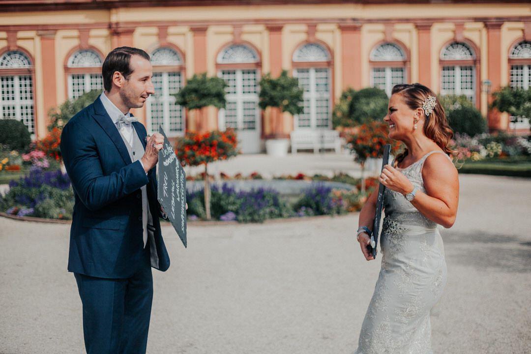 Du wirst Papa-Ankündigung bei Hochzeits-Fotoshooting.
