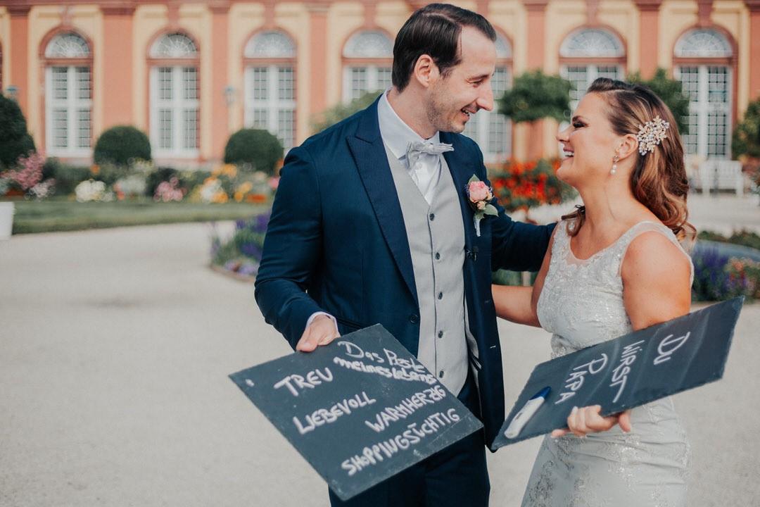 Vintage Hochzeit mit schwangerer Braut im Weilburger Schloss mit Brautpaar-Hochzeitsshooting im Schlossgarten.