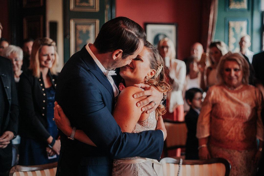 Brautpaar Kuss bei Standesamtlicher Hochzeit im Vintage-Stil im Schloss Weilburg, Raum Limburg-Weilburg
