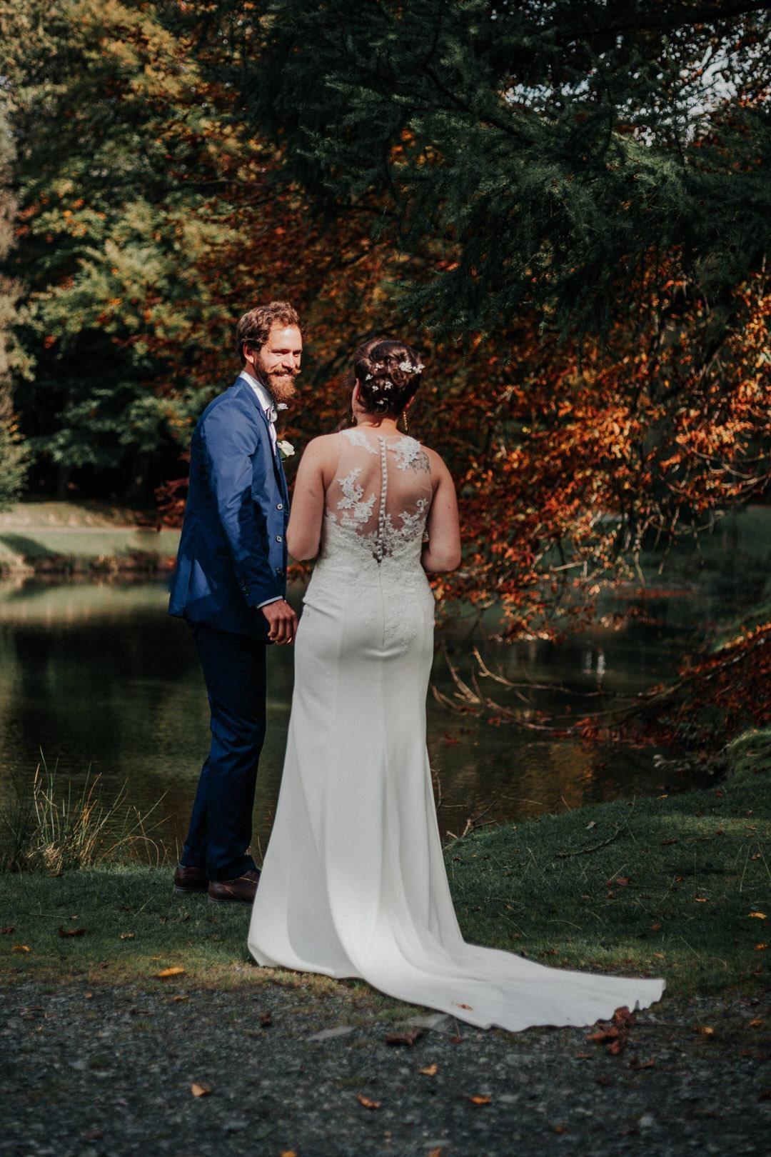 First sight Moment bei einem Vintage-Hochzeitspaar-shooting im Herbst.