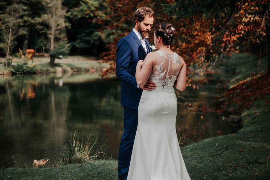 Vintage Brautpaar bei herbstlichem Hochzeitsshooting im Tiergarten bei Frankfurt