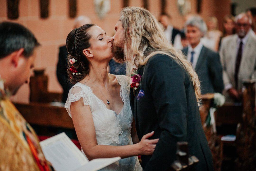 Emotionaler Moment, der Hochzeitskuss des Brautpaars in der Deutschordenskirche in Frankfurt am Main