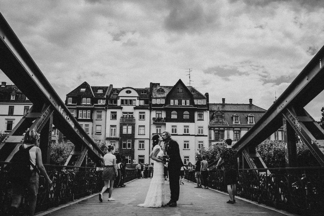 Natürliche Hochzeits-Paarbilder auf dem Eisernen Steg in Frankfurt