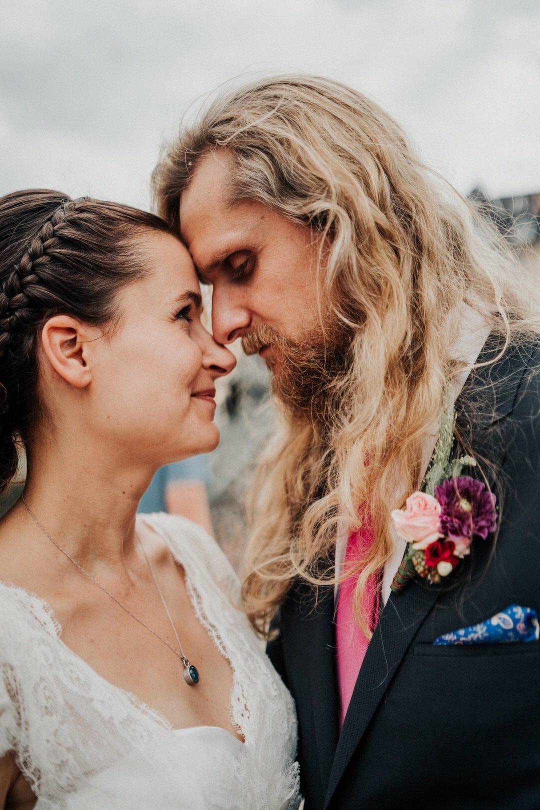 Emotionale Momente beim Hochzeits-Paarshooting auf dem Eisernen Steg, Frankfurt