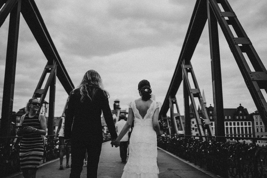 Boho-Brautpaar beim Hochzeitsshooting auf der Brücke Eiserner Steg.