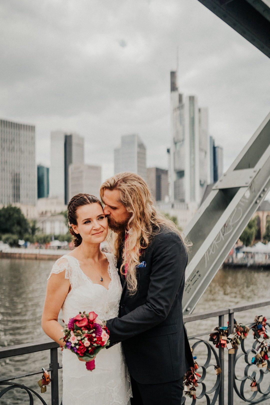 Emotionale Hochzeitsfotos auf der Brücke Eiserner Steg vor der Frankfurter Skyline