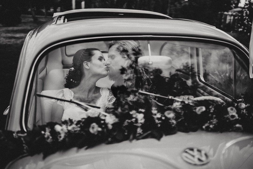 Brautpaar Kuss im Hippie VW Käfer Oldtimer