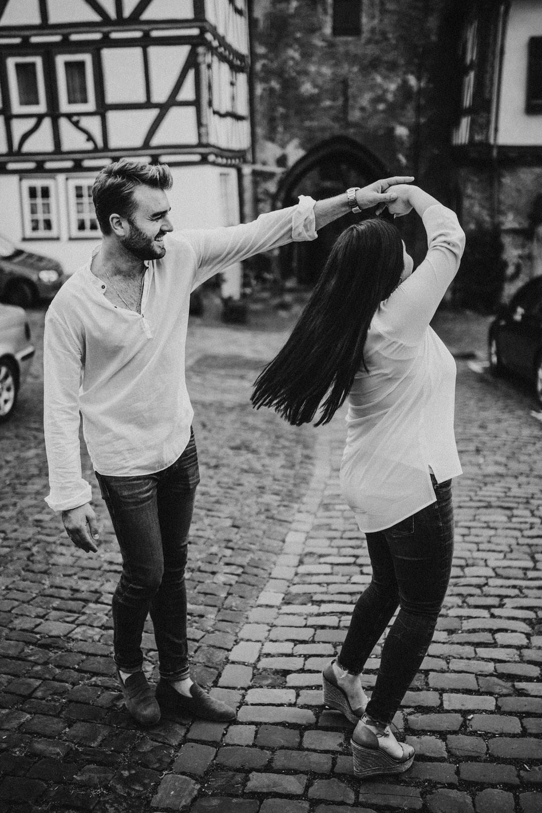 Ideen und Inspiration für natürliche Paarfotografie, Tanzen als Auflockerung für natürlichere Posen