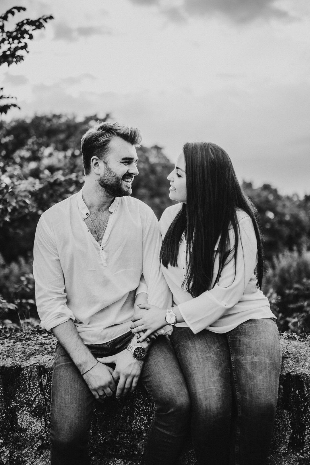Natürliche Paarfotografen in Frankfurt die bei Tageslicht fotografieren