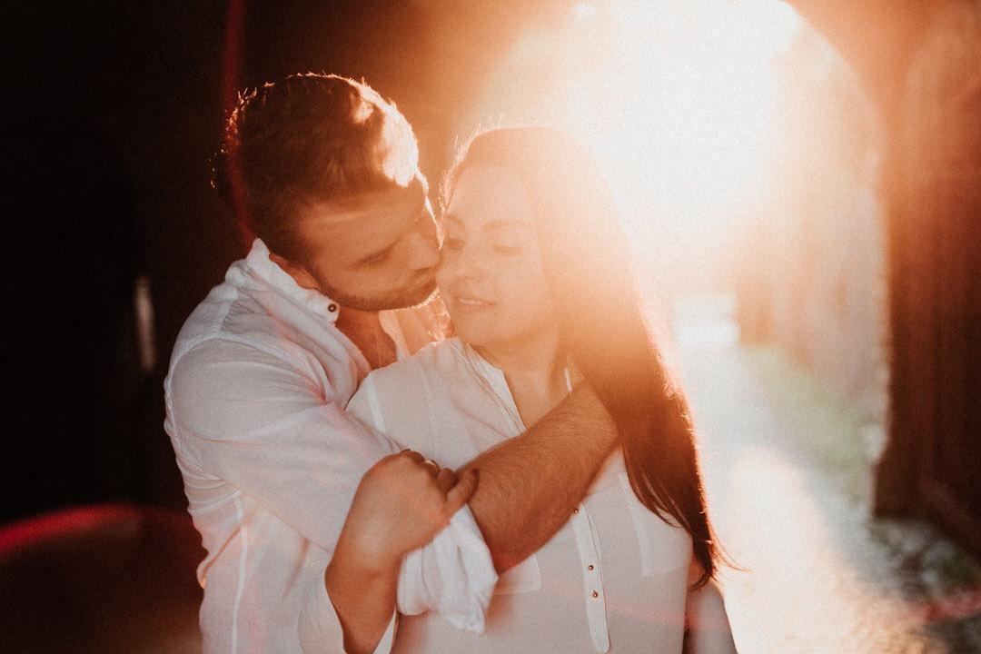 Engagement Paarshooting in romantischem, warmen Sonnenuntergang mit Hochzeitsfotograf und visual Storyteller Jonathan Deis bei dem Schloss Braunfels nahe Gießen und Frankfurt