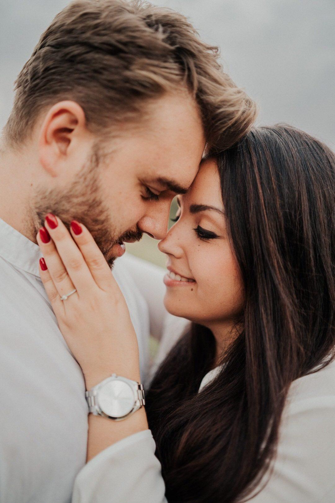 Weil die Braut für ihre Engagment-Bilder darauf bestand gab es auch die Meghan und Prinz Harry Hochzeits-Pose beim Shooting, quasi als Spaß zwischendurch