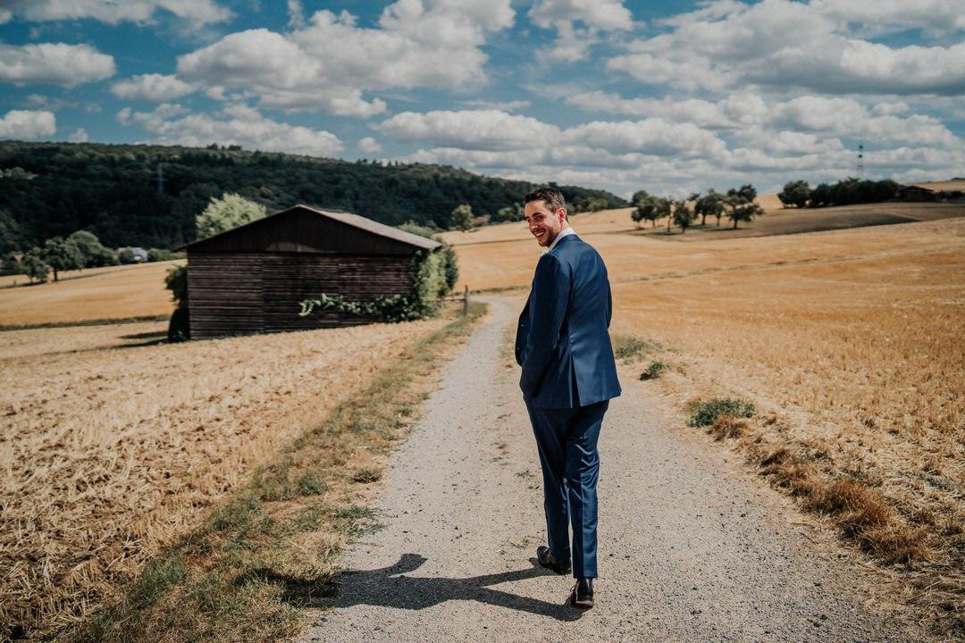 Bräutigam auf dem weg zu seiner Braut zum first sight shooting