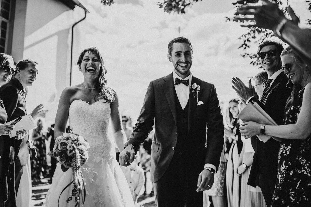 Hochzeitsfotograf für natürliche Hochzeitsmomente: Ausmarsch des Vintage-Brautpaars nach der Trauung in der St Nikolaus Kirche in Hahnstätten, nahe Wiesbaden