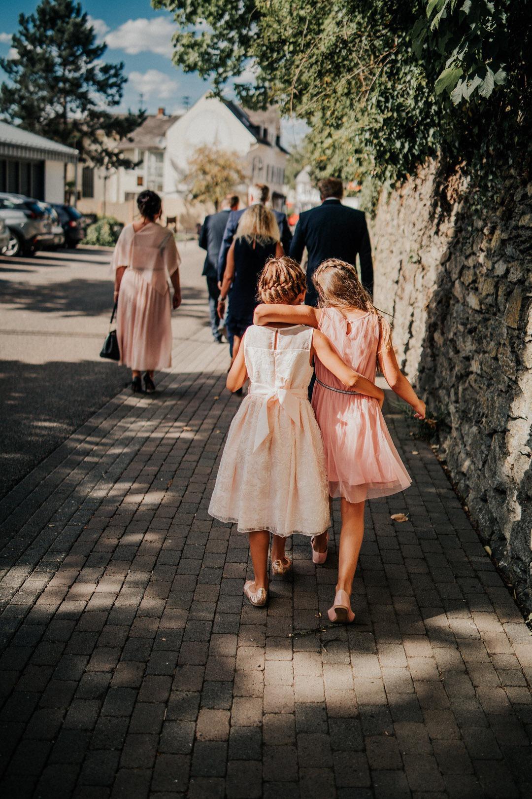 Brautmädchen arm in Arm, besondere Momente auf Hochzeiten sind das schöne an der Reportagefotografie und dem visual Storytelling. Natürliche Hochzeitsreportage-Fotografie durch Erfahrung
