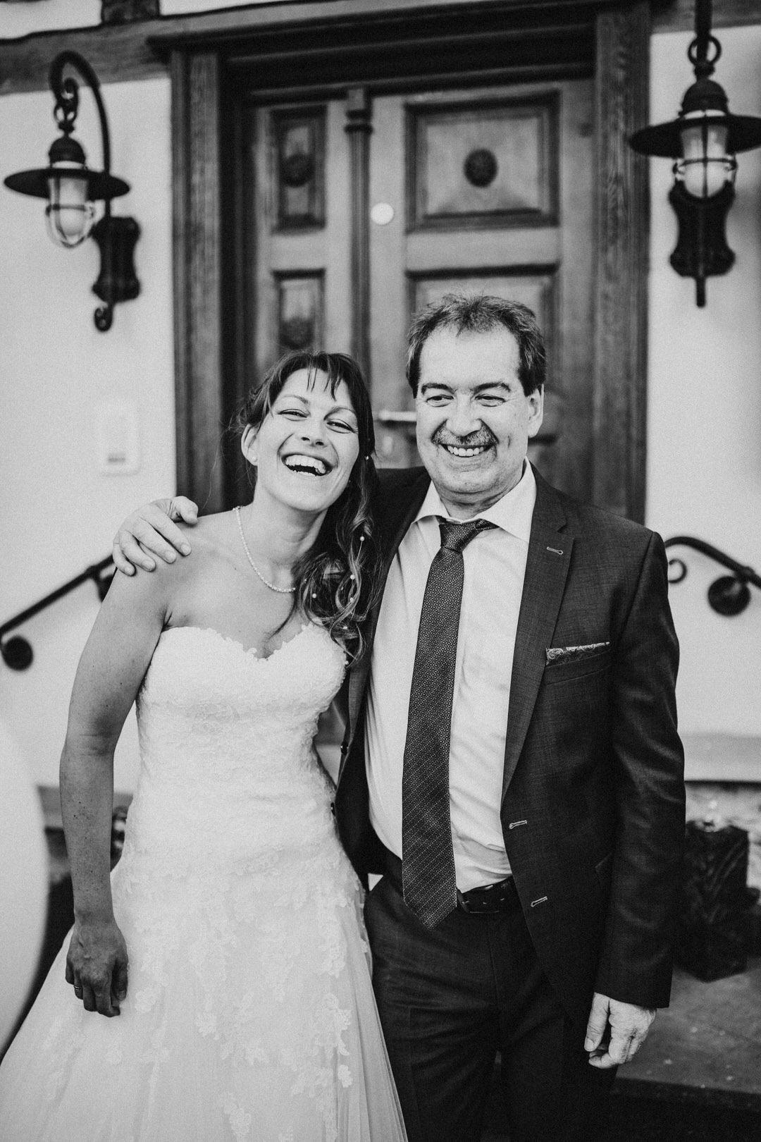 Braut mit Papa Bild am Hochzeitstag