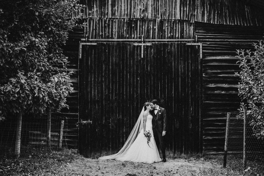 First Kiss Moment beim emotionalen Hochzeitsshooting einer Vintage Hochzeit