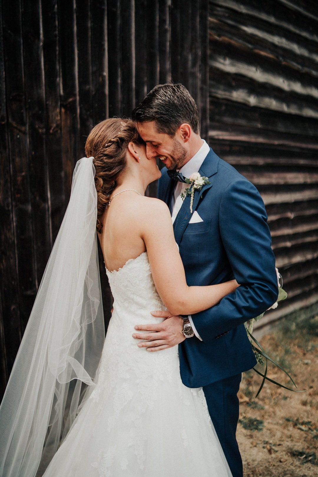 Innige Umarmung des Vintage Brautpaars bei den Hochzeitsfotos