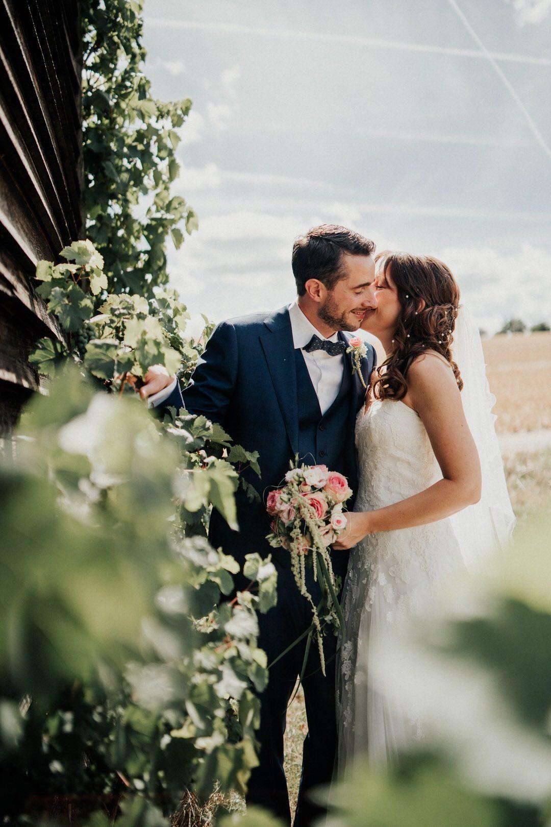 Hochzeitsbilder vor Weinreben bei einer alten Scheune nahe Wiesbaden