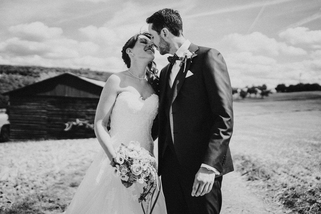 Kurz vor dem Kuss. Emotionaler Moment bei einer vintage Hochzeitsreportage