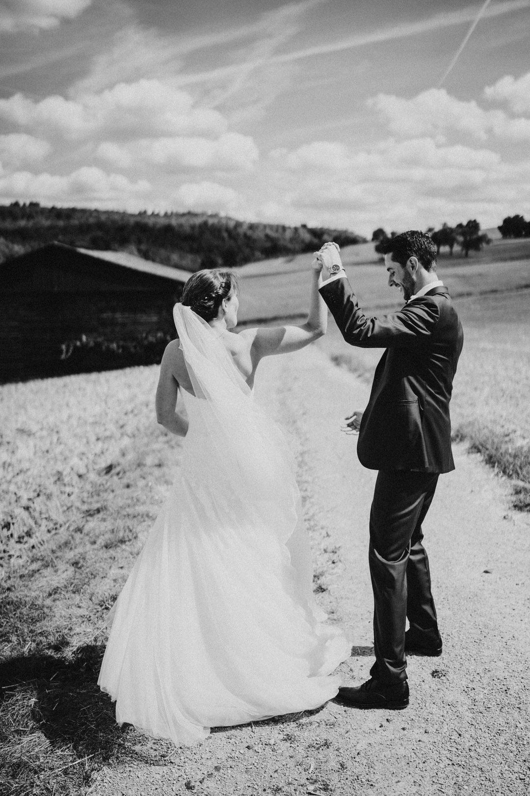 Probe des Hochzeitstanzes beim Paar-Shooting in Wiesbadener Umgebung