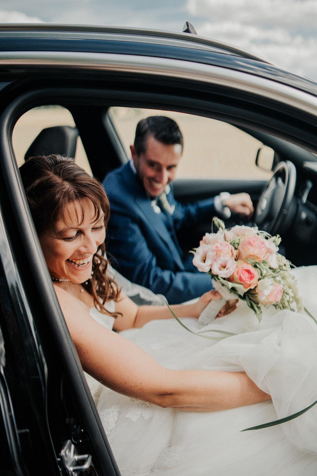 Spaß beim Braut-Paar Shooting bei einer Vintage Hochzeit mit Fotografen aus Hessen, Limburg