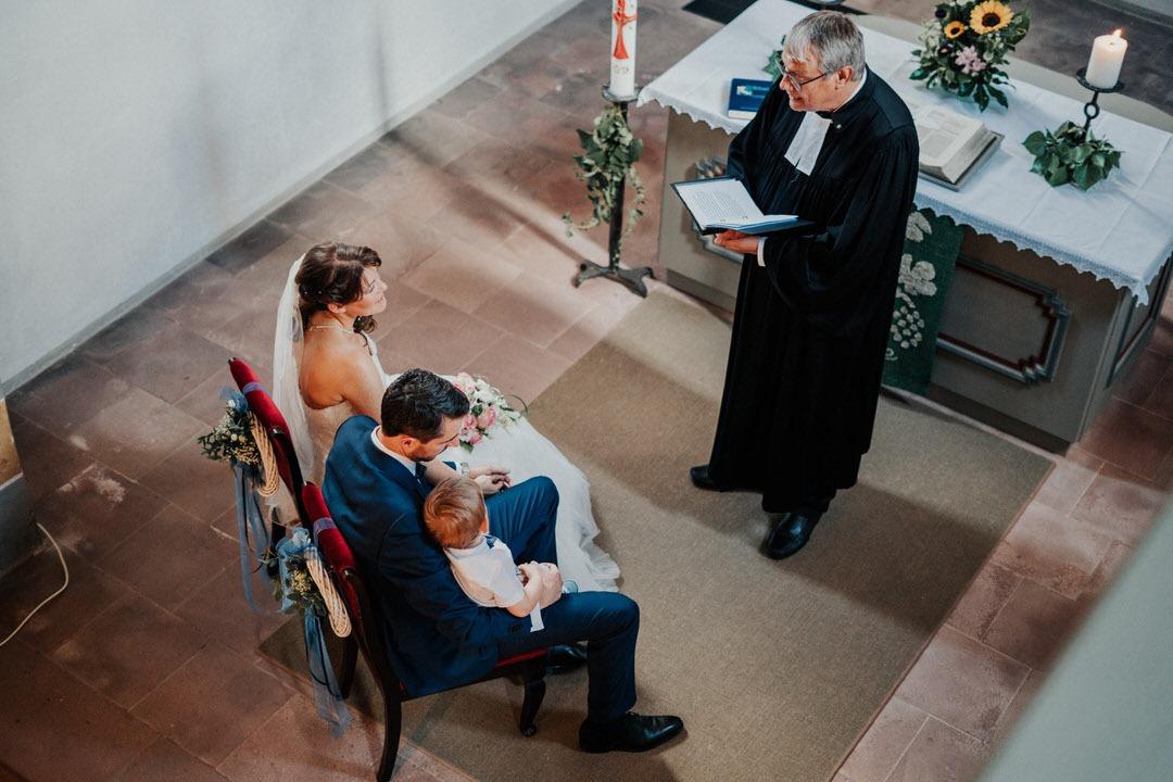 Besondere und emotionale aber auch familiäre Trauungs-Zeremonie bei einer Vintage-Hochzeit bei Wiesbaden, Hessen
