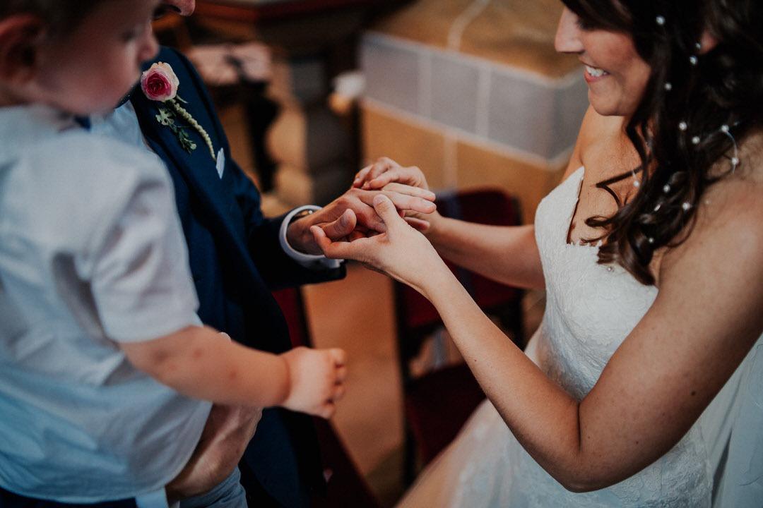 Besonderer Moment der Ringübergabe in der Kirche