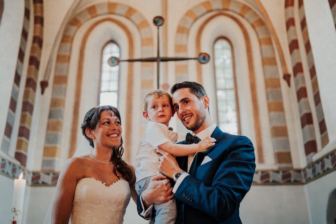 Besonders emotionaler Augenblick bei der kirchlichen Trauung bei Wiesbaden und Mainz. Natürliche Hochzeitsfotos sind mein Spezialgebiet.