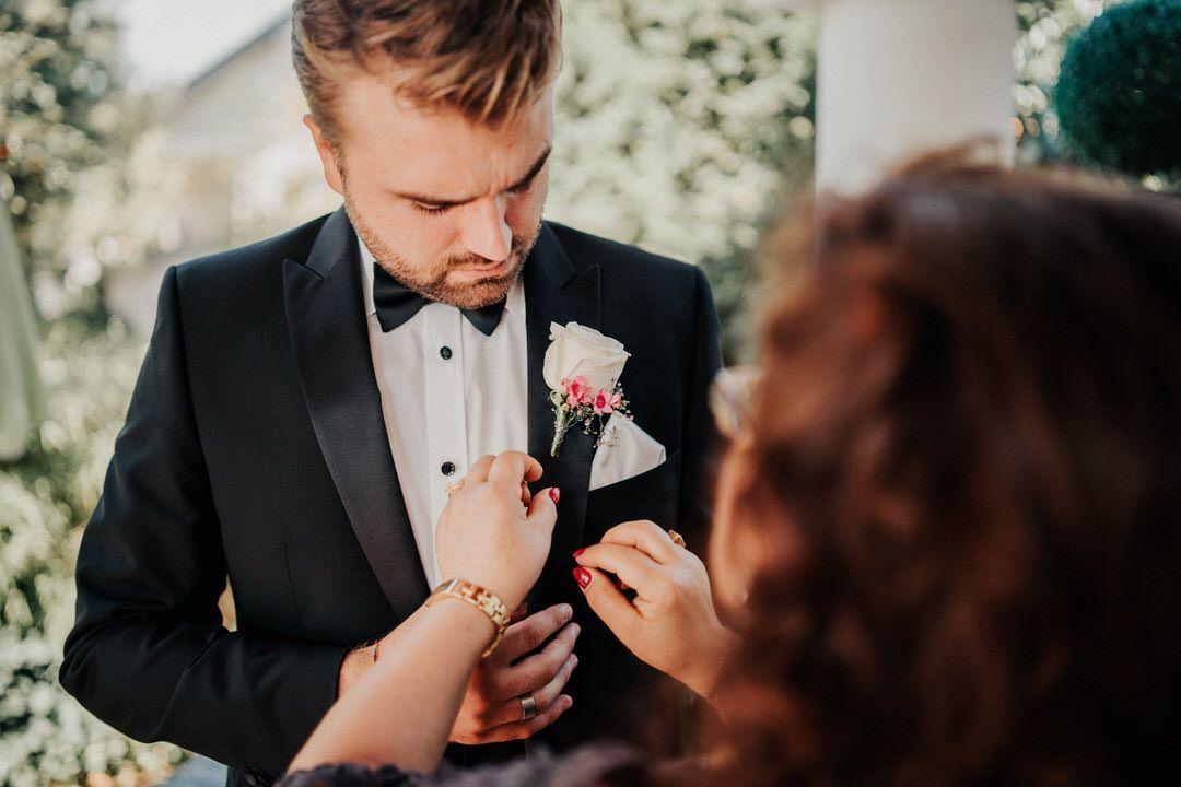 Getting Ready des Bräutigams bei der italienischen Vintage-Hochzeit in Gießen