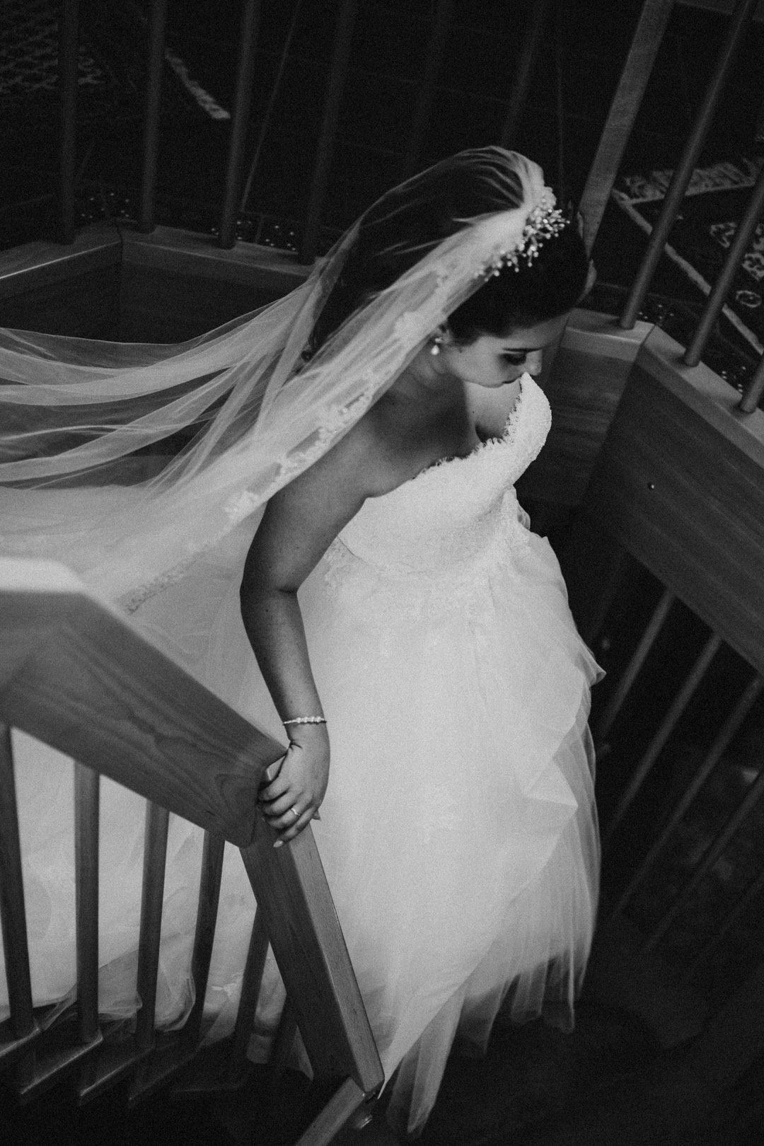 Italienische Braut auf dem Weg zum First-Look-Shooting in ihrem Elternhaus