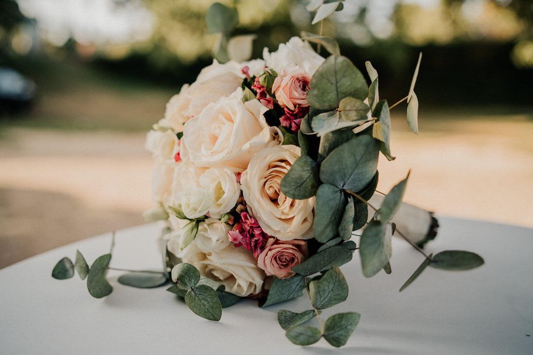 Der Vintage-Brautstrauß bei einer italienischen Hochzeit mit vielen weißen und altrosa-farbenen Rosen