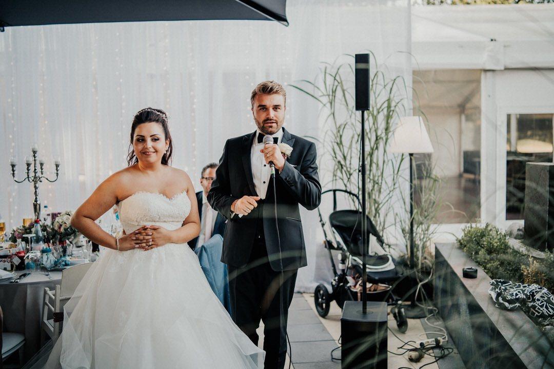Italienisches Brautpaar begrüsst bei der Hochzeitsreportage die Gäste