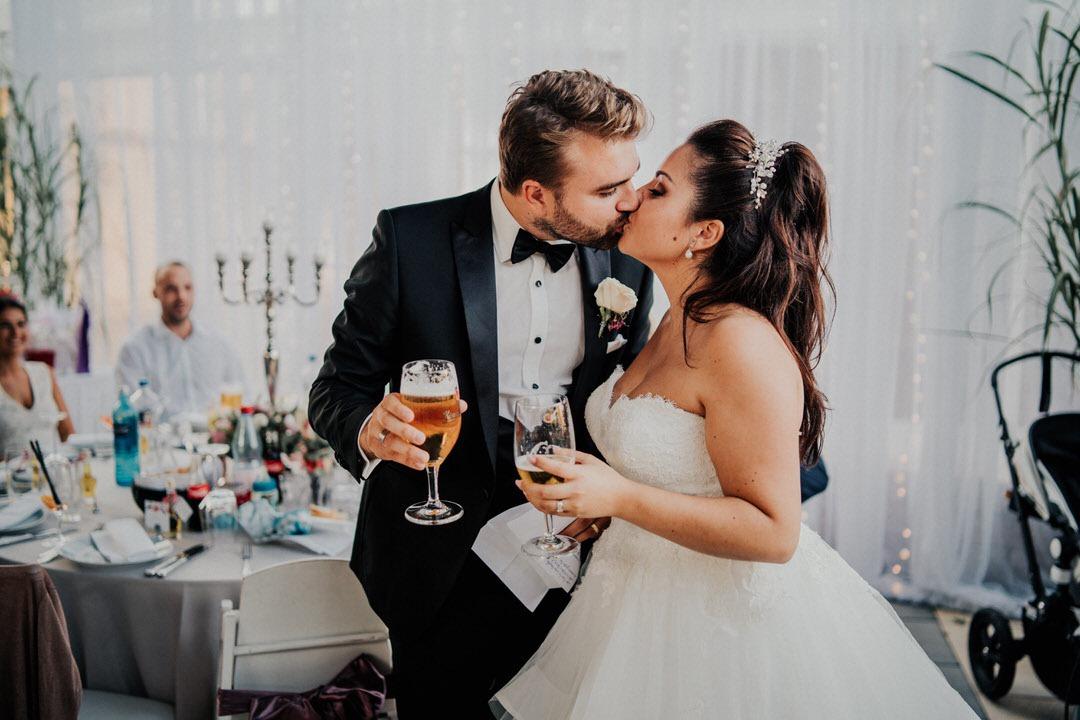 Glückliches und erleichtertes Brautpaar Kuss bei der italienischen Hochzeitsfeier