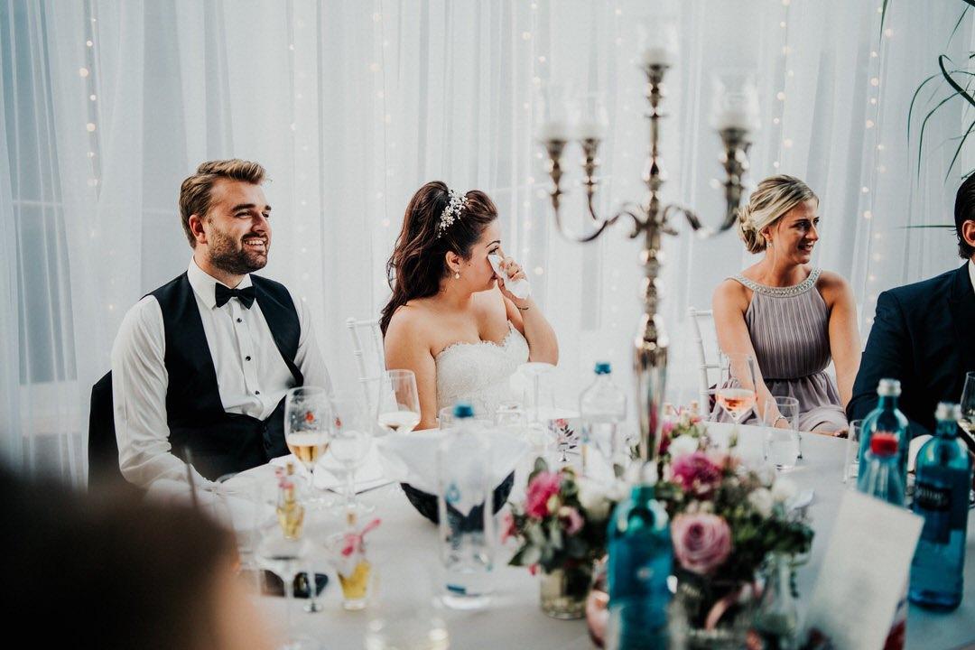 Hochzeitsfoto Momente: Weinende, emotionale italienische-Braut bei der Ansprache des Brautvaters
