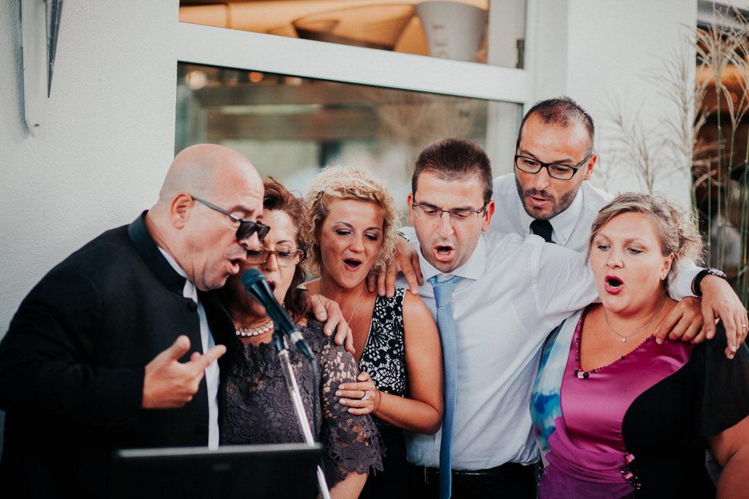 Temperamentvolle italienische Hochzeit mit viel Spaß beim gemeinsamen Singen auf der Party