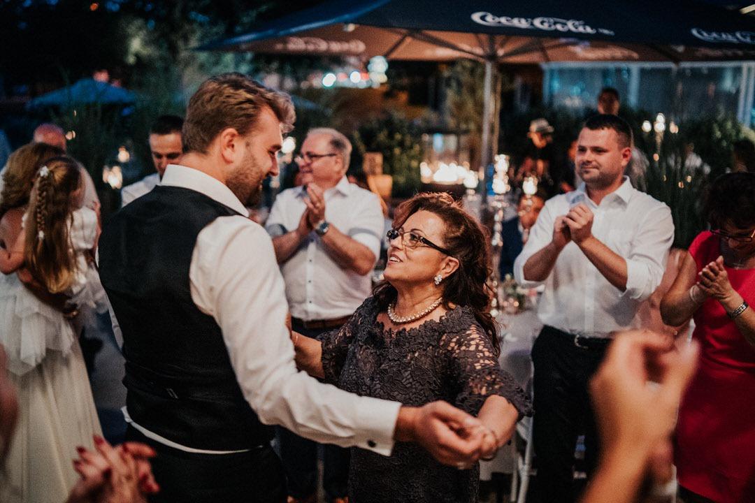 Hochzeitsreportage, Bräutigam tanzt mit intalienischer Brautmutter