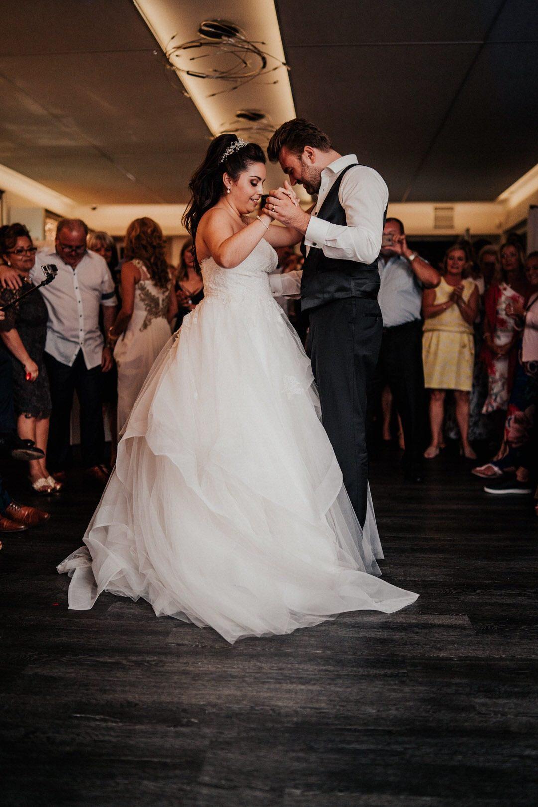 Hochzeitsbilder vom Brautpaar-Eröffnungs-Tanz bei einer italienischen Hochzeit in Gießen, Hessen.