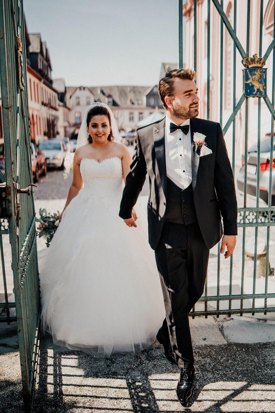 Hochzeitsshooting des italienisch-deutschen Brautpaars in der Barocken Schlossanlage des Schlossgarten in Weilburg im Taunus