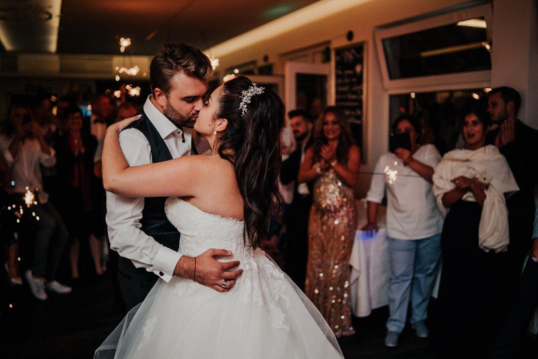 Brautpaar küsst sich beim Hochzeitstanz zur Eröffnung der Party in Gießen