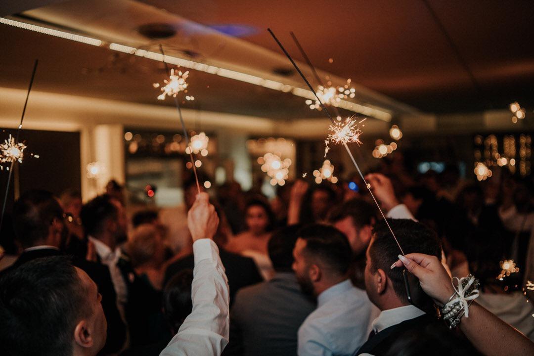 Wunderkerzen als Detail beim Hochzeitstanz bei einer italienischen Hochzeit