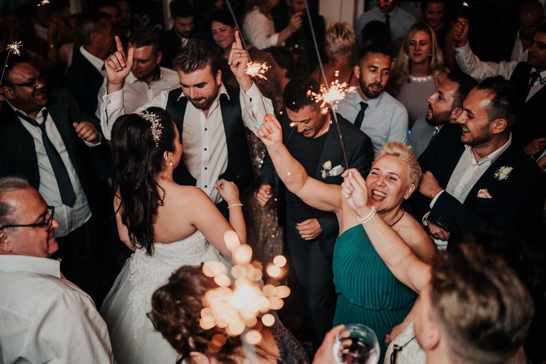Hochzeitsfotografien von der Italienischen Hochzeits-Party mit viel Spaß, Tanz und Gesang