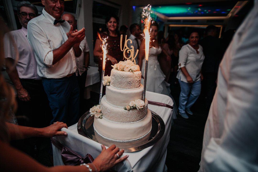 Hereinfahren der Hochzeitstorte bei der Feier