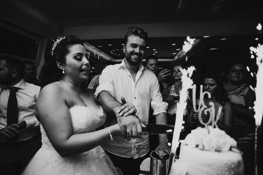 Hochzeitsreportage: Anschneiden der Hochzeitstorte durch das Brautpaar